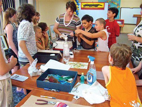Надежда Нагнибеда проводит мастер-класс с детьми из Нефтегорского социально-реабилитационного центра